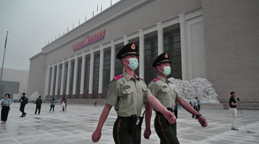Čínští policisté procházejí před nově postaveným Muzeem Komunistické strany Číny v Pekingu 25. června 2021. (Kevin Frayer / Getty Images)