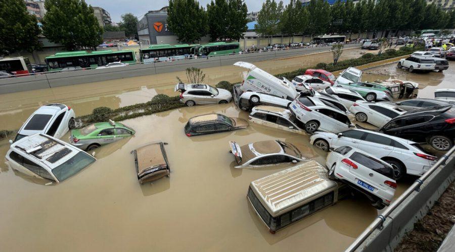 Auta se nahromadila v záplavové vodě po silných deštích, které zasáhly město Čeng-čou ve středočínské provincii Che-nan, 21. července 2021. (STR / AFP via Getty Images)