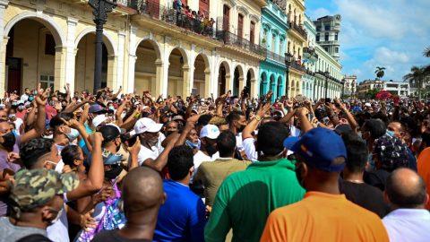 """""""Pryč sdiktaturou"""". Tisíce Kubánců demonstrují proti komunistickému režimu"""