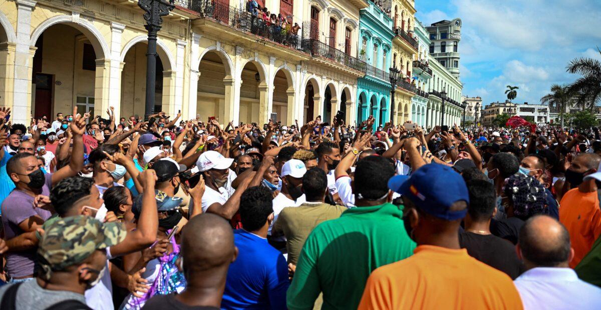 Lidé se účastní demonstrace proti režimu kubánského prezidenta Miguela Díaze-Canela v Havaně, 11. července 2021. (Yamil Lage / AFP via Getty Images)