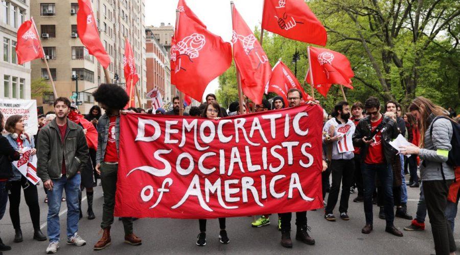Členové Demokratických socialistů Ameriky se 1. května 2019 shromáždili v New Yorku před budovou patřící Donaldu Trumpovi. (Spencer Platt / Getty Images)