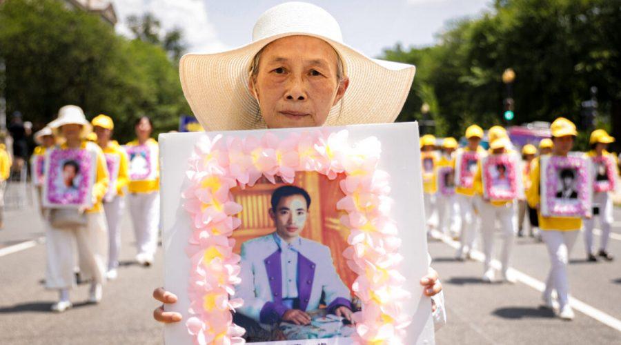 Príznivci meditační praxe Falun Gong se 16. července 2021 ve Washingtonu účastní průvodu k uctění památky obětí represí v Číně u příležitosti 22. výročí začátku pronásledování Falun Gongu čínským režimem. (Samira Bouaou / The Epoch Times)