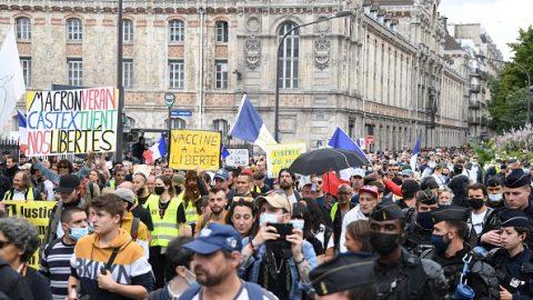 Ve Francii probíhají rozsáhlé protesty proti covid pasům