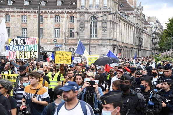 Demonstrace v Paříži proti covid pasům, 31. července 2021. (ALAIN JOCARD / AFP via Getty Images)