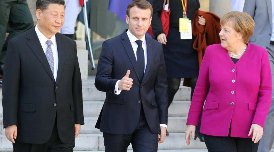Čínský vůdce Si Ťin-pchinga poblíž Francouzského prezidenta Emmanuela Macrona a německé kancléřky Angely Merkelové po jejich setkání v Elysejském paláci v Paříži 26. března 2019. (LUDOVIC MARIN/AFP via Getty Images)