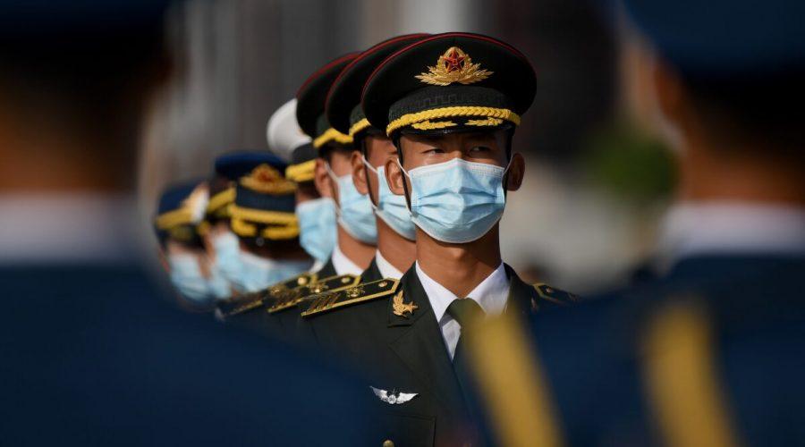 Čínská čestná stráž s rouškami na obličeji stojí na náměstí Nebeského klidu v Pekingu, 30. září 2020. (Noel Celis / AFP via Getty Images)
