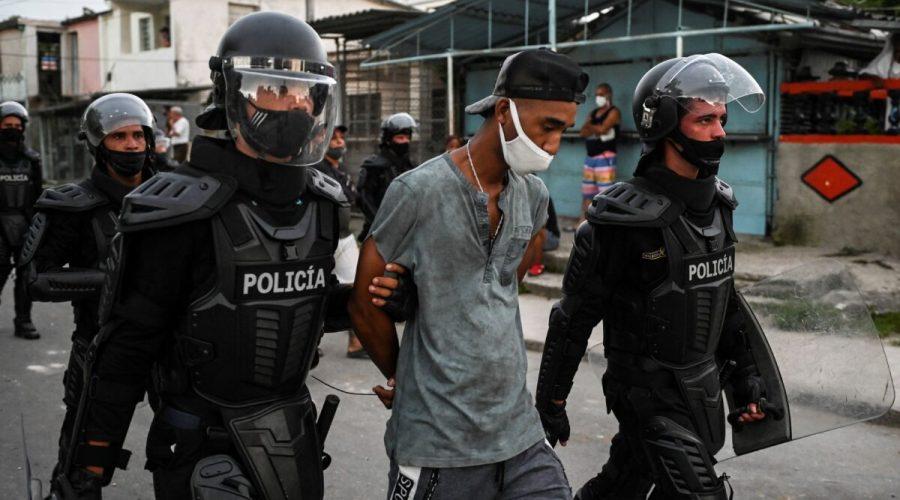 Muž je zatčen během demonstrace proti vládě prezidenta Miguela Díaze-Canela v obci Arroyo Naranjo v Havaně, 12. července 2021. (Yamil Lage / AFP via Getty Images)