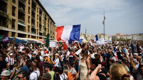 V evropských metropolích se ovíkendu protestovalo proti uzávěrám apovinnému očkování