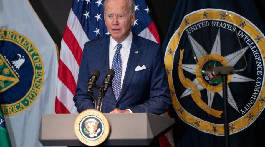 Americký prezident Joe Biden promlouvá k pracovníkům zpravodajské komunity a jejímu vedení během prohlídky Úřadu ředitele národních zpravodajských služeb v McLeanu ve státě Virginie. 27. července 2021. (Saul Loeb / AFP via Getty Images)