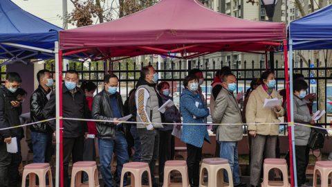 Čína: Neočkovaní obyvatelé nesmějí vstupovat na veřejná prostranství, oznámily místní úřady
