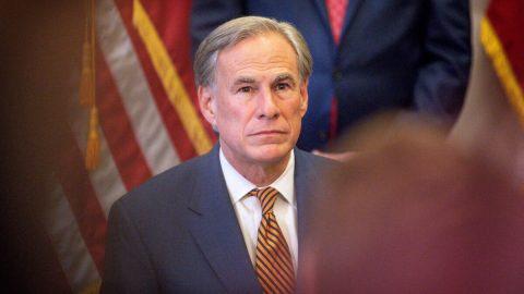 Texas bude pokutovat úřady  vyžadující nošení roušek. Omezil také povinnost očkování čijeho prokazování