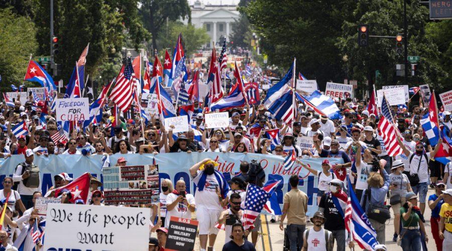 Aktivisté pochodují od Bílého domu ke kubánskému velvyslanectví na demonstraci za svobodu Kuby, Washington, 26. července 2021. (Drew Angerer / Getty Images)