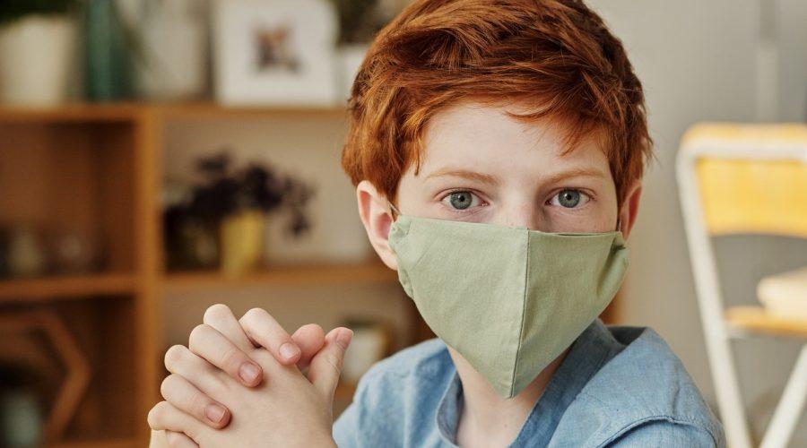 Nová vědecká studie zjistila, že nošení obličejových masek u dětí je škodlivé. Vdechují totiž 6,5krát větší množství oxidu uhličitého. (Julia M Cameron/Pexels)