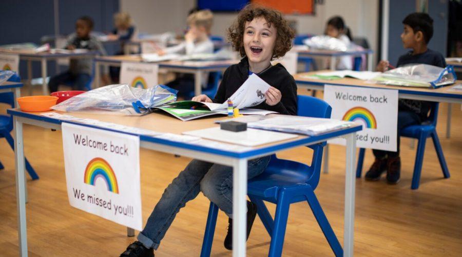 Děti sedí v lavicích v průběhu vyučovací hodiny ve škole Shortland's při Harrisově akademii v Londýně, 4. června 2020. (Ilustrační foto) (Dan Kitwood / Getty Images)