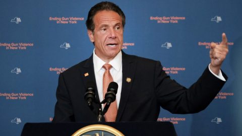 Newyorský guvernér Andrew Cuomo podle generální prokurátorky sexuálně obtěžoval ženy amstil se zaměstnankyni