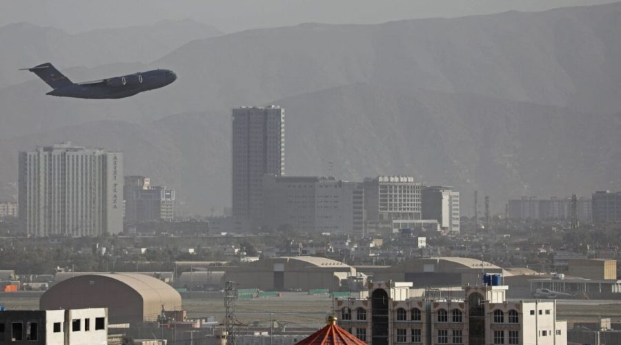 Letouny vzdušných sil USA startují z Kábulu na Aug. 27, 2021. (-/AFP přes Getty Images)