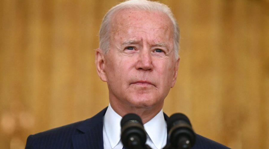 Prezident Joe Biden pronáší 26. srpna 2021 projev k teroristickému útoku na mezinárodním letišti Hamída Karzáího a k obětem z řad amerických vojáků a Afghánců, kteří byli zabiti a zraněni. (Jim Watson/AFP via Getty Images)