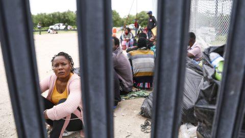"""Nejvyšší soud nařídil Bidenově administrativě obnovit migrační program """"Zůstaň vMexiku"""""""