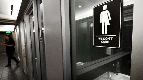 Transgenderová ideologie se šíří jako nákaza, spílají americké matky. Školy před nimi tají genderové informace ojejich dětech