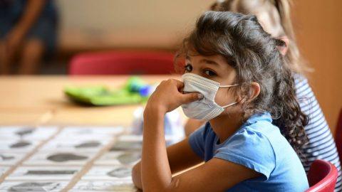 Ředitel amerického institutu pro zdraví připustil, že nařízení pro nošení roušek ve školách není podloženo daty ovlivu covidu-19 na děti