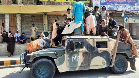 Americké zbraně atechnika Afghánců vrukou Tálibánu