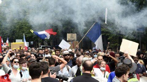 """""""Měli bychom ho zrušit"""" – ve Francii se již šestý týden vřadě protestovalo proti očkovacímu pasu"""