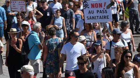 V Německu aFrancii protestovaly desítky tisíc lidí proti covidovým pasům