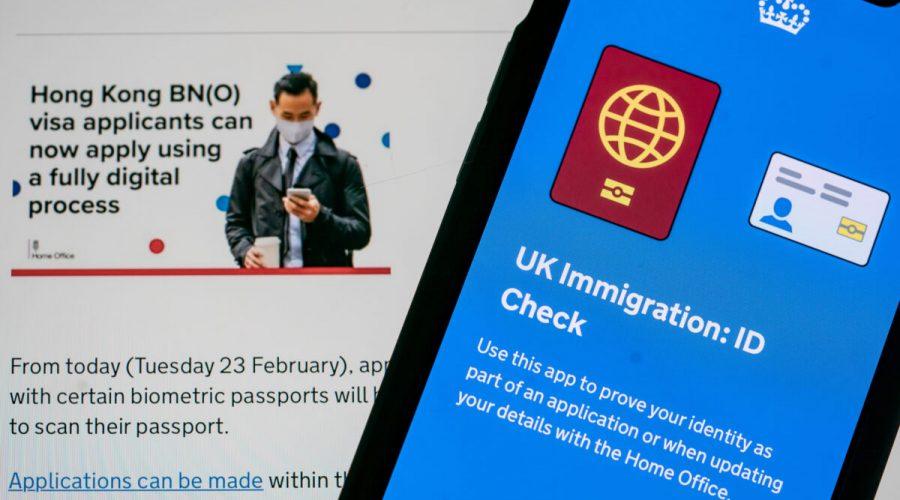 Vláda Spojeného království spustila 23. února 2021 plně digitální proces pro žadatele o hongkongské vízum BN(O), který umožňuje osobám s určitými biometrickými pasy podat žádost prostřednictvím aplikace pro chytré telefony. (Anthony Kwan/Getty Images)