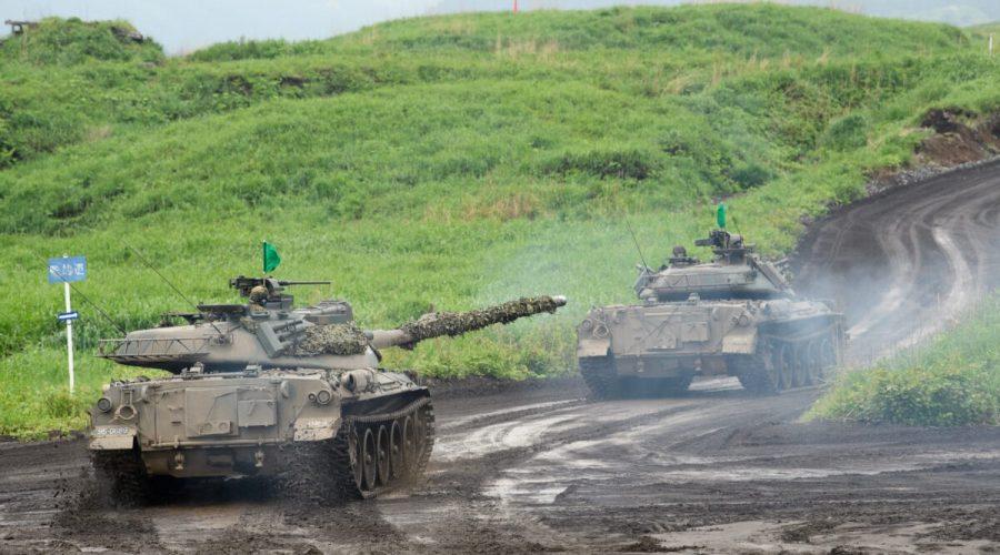 Tanky japonských pozemních obranných sil Typ-74 se pohybují během cvičení ostré střelby na cvičišti obranných sil v manévrovací oblasti East Fuji 22. května 2021 v Gotembě, Šizuoka, Japonsko. (Akio Kon - Pool/Getty Images)