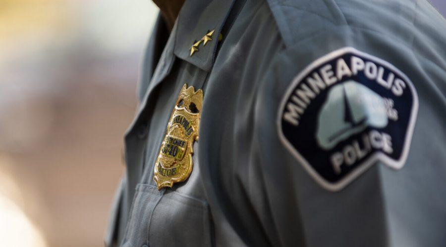 Zástupce policejního náčelníka Art Knight hovoří s lidmi v Minneapolisu, 16. června 2020. (Stephen Maturen / Getty Images)