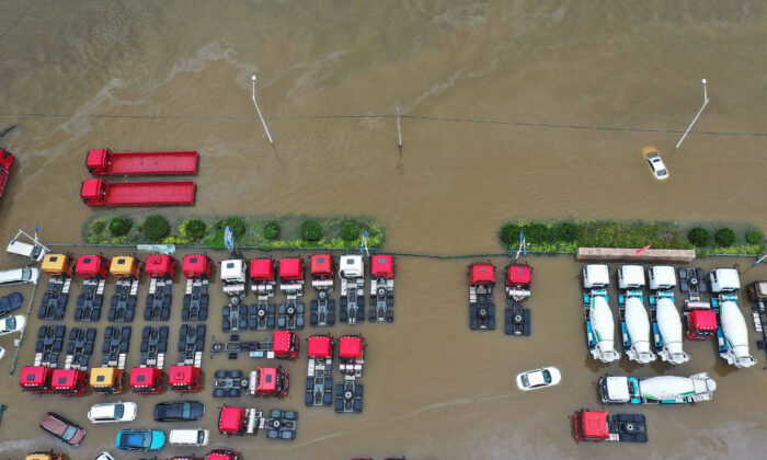 Letecký snímek pořízený 23. července, 2021 ukazuje potopené automobily po silných deštích v centrální čínské provincii Che-nan. (AFP prostřednictvím Getty Images)