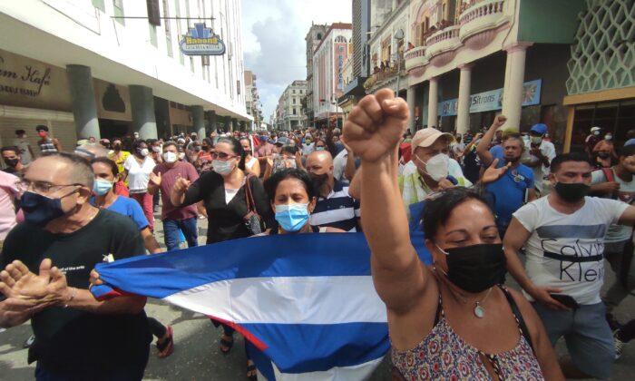 Lidé se účastní demonstrace proti režimu kubánského prezidenta Miguela Díaze-Canela v Havaně, 11. července 2021. (Yamil Lage/AFP via Getty Images)