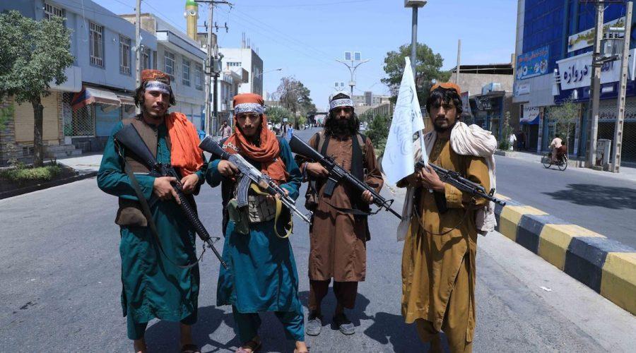 Bojovníci Tálibánu stojí na stráži u silnice poblíž místa konání procesí Ašúra, které se koná u příležitosti smrti imáma Husajna, vnuka proroka Mohameda, podél silnice v Herátu, uprostřed vojenského převzetí Afghánistánu Tálibánem, 19. srpna 2021. (Aref Karimi / AFP via Getty Images)