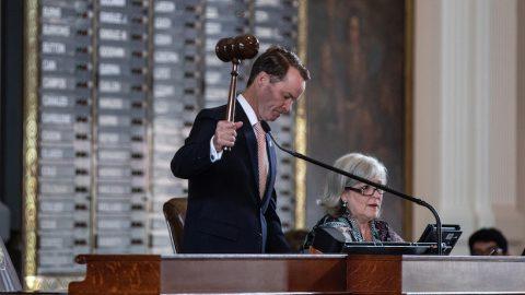 Předseda texaské sněmovny podepsal zatykače na 52 nepřítomných demokratů
