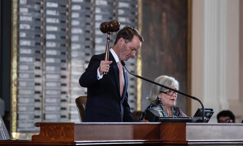 Předseda texaské sněmovny Dade Phelan zahajuje mimořádné zasedání 87. zákonodárného sboru ve sněmovně v Kapitolu v texaském Austinu, 8. července 2021. (Tamir Kalifa / Getty Images)
