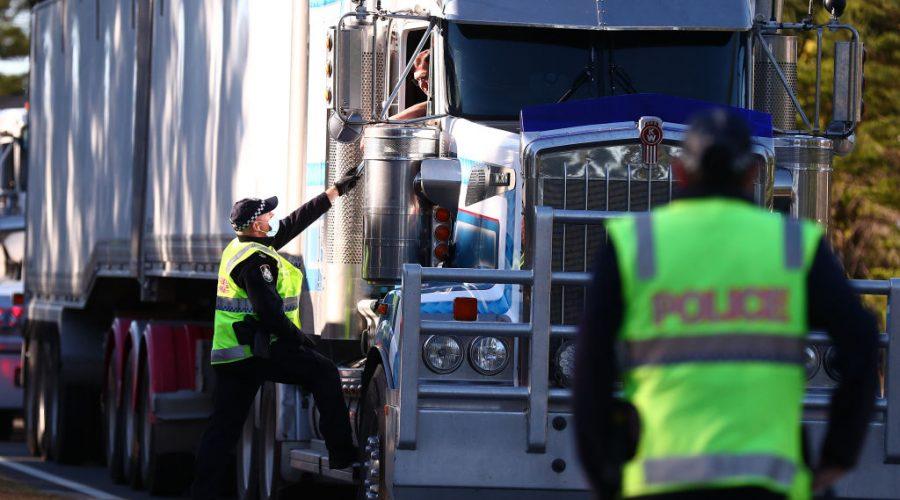 Policie Queenslandu zastavuje kamiony na hranicích Queenslandu v australském městě Coolangatta, 25. srpna 2021. (Chris Hyde / Getty Images)