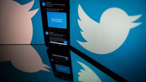 """Twitter testuje novou funkci, díky níž budou moci uživatelé označovat """"zavádějící"""" příspěvky"""