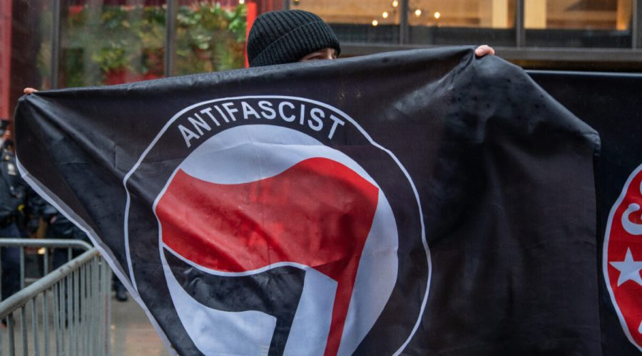 Vlajka Antify. (David Dee Delgado / Getty Images)