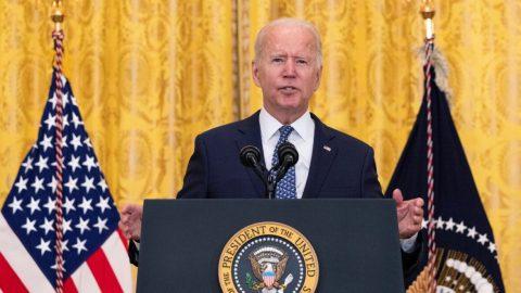 Biden plánuje povinné očkování nebo testování 80 milionů lidí vsoukromém sektoru. 19 guvernérů se postavilo proti