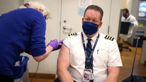 Společnost United Airlines hodlá propustit 593 zaměstnanců kvůli odmítnutí očkování proti covidu-19