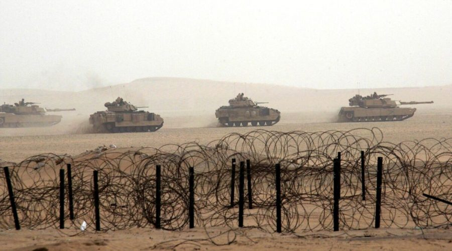 Tanky americké armády jedoucí přes kuvajtskou poušť během manévrů nedaleko iráckých hranic, 21. prosince 2002. (Rabih Moghrabi / AFP via Getty Images)