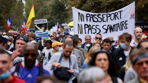 """""""Žádný zdravotní průkaz"""". Desetitisíce lidí se ve Francii opět zapojily do protestů proti očkovacím pasům"""