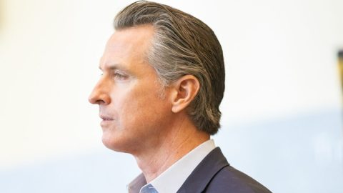 Kalifornský guvernér Newsom dle předběžných výsledků ustál odvolací volby