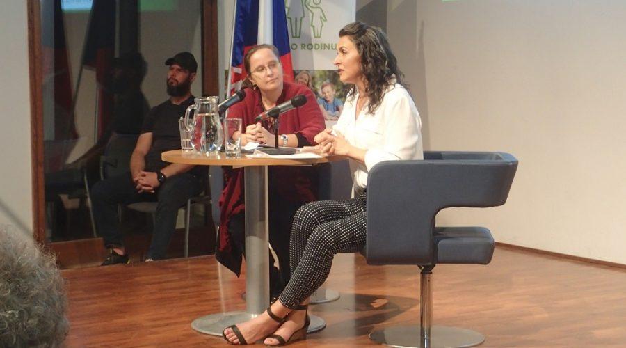 Katy Faustová, zakladatelka organizace Them before us, hovoří v Cevro institutu, Praha 20. září 2021. (Milan Kajínek / The Epoch Times)