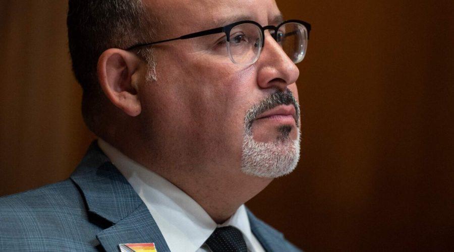 Americký ministr školství Miguel Cardona vypovídá 16. června 2021 ve Washingtonu před podvýborem pro práci, zdraví a sociální služby, vzdělávání a související agentury. (Jim Watson / AFP via Getty Images)