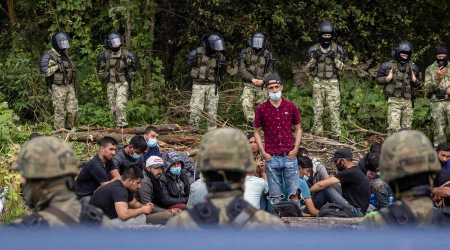 Člen skupiny migrantů, kteří pravděpodobně pocházejí z Afghánistánu, se snaží polským dobrovolným právníkům potvrdit jejich vůli požádat o mezinárodní ochranu v Polsku za přítomnosti novinářů a poslanců polského parlamentu v malé obci Usnarz Gorny nedaleko Bialystoku na severovýchodě Polska, která se nachází v blízkosti hranic s Běloruskem, 20. srpna 2021. (Wojtek Radwanski / AFP via Getty Images)