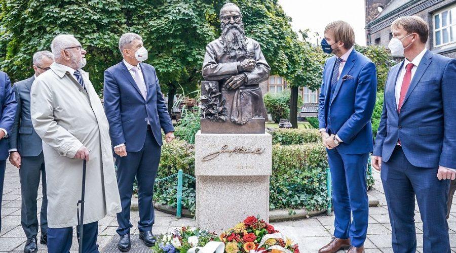 Socha představuje Josefa Hlávka, architekta budovy porodnice, 20. září 2021. (Vlada.cz)