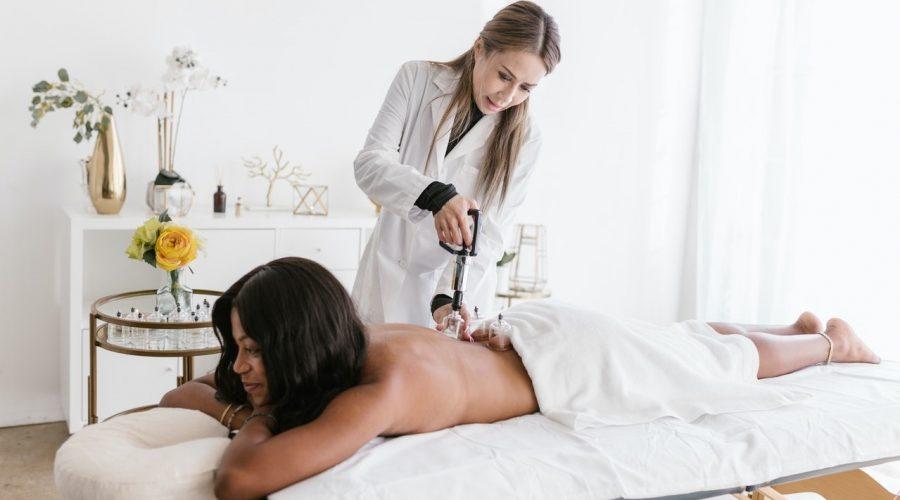 """Ilusrační foto """"baňkování"""" používaného v tradiční čínské medicíně k prokrvení různých částí těla. (RODNAE Productions / Pexels)"""