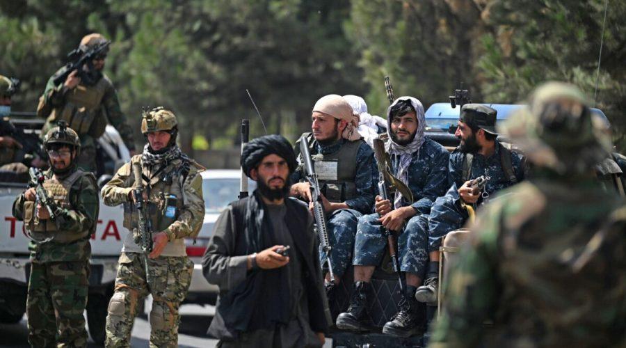 Tálibánští teroristé v Kábulu v Afghánistánu, 29. srpna 2021. (Aamir Qureshi / AFP via Getty Images)