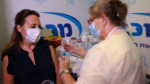 Komentář: Izrael jako negativní příklad masového očkování ve světě